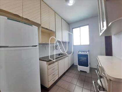 Cozinha ampla com armários