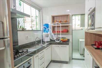 Cozinha ampla com armários planejados