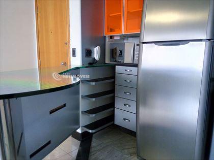 Cozinha mesa e armários