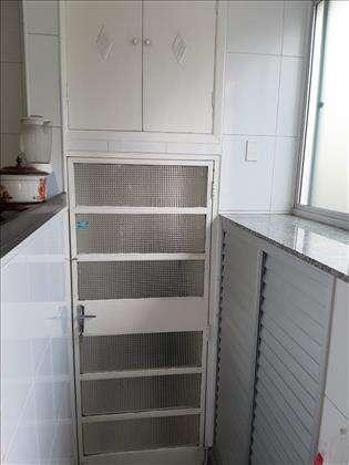 Porta de serviço com vista para armários
