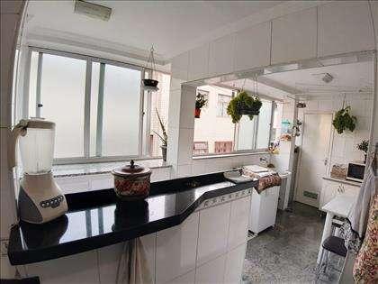 Cozinha com vista da área de serviço