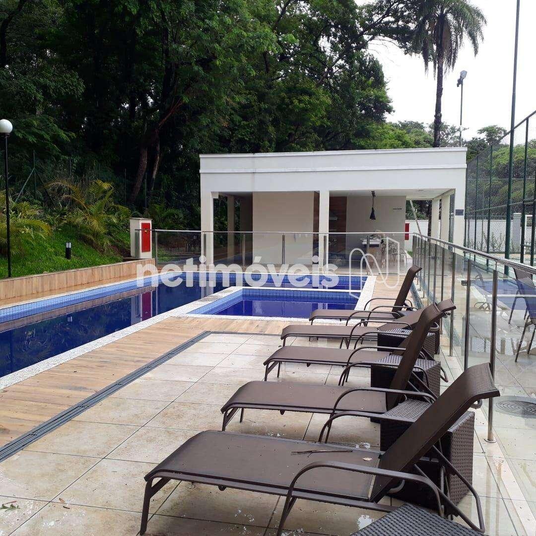 piscinas e salão de festas ao fundo.