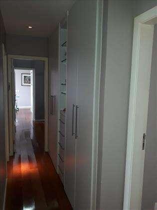 Rouparia corredor com dois armários grandes