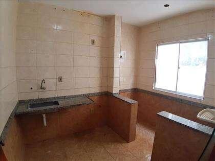 Cozinha com área de serviço à direita
