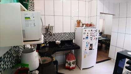 Cozinha com bancada em L e fogão cooktop