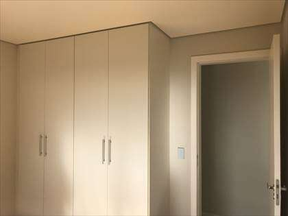 Outro ângulo Quarto 01 com armários
