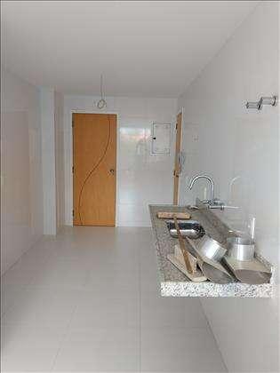 Cozinha com acesso de serviço e interno