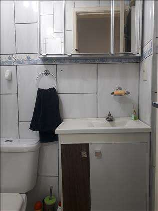 Banheiro Social com Armário e Espelho
