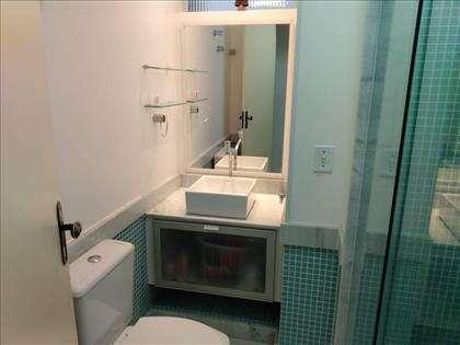 Banheiro social com box em Blindex e armário