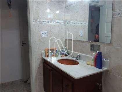 Banheiro social com pia em mármore