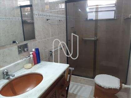 Banheiro social com box em Blindex