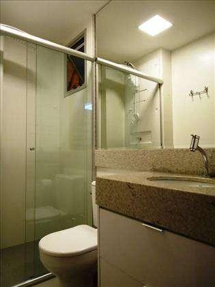 05 - Banheiro Suíte com armários planejados.