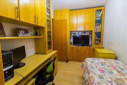 18 - Quarto 2 com armários planejados.jpg