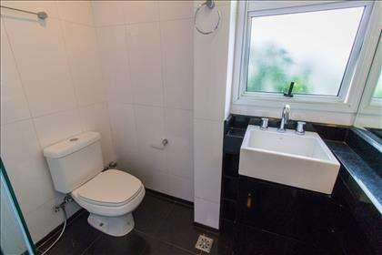 24 - Banheiro Suíte 02 piso superior.jpg