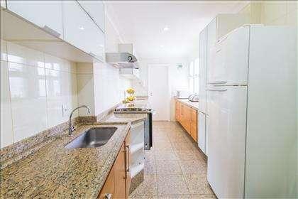 08 - Ampla cozinha com armários planejados.j