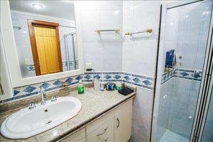 16 - Banheiro Suíte 02 - Com armários planej