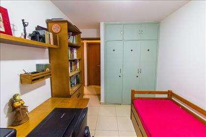 12 - Quarto 03 com armários planejados.jpg