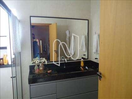 11- Banheiro suíte com armários planejados