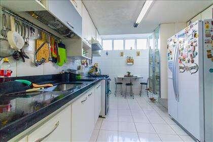 06 - Cozinha com diversos armários