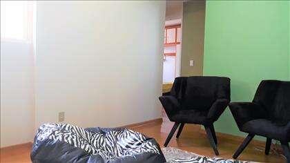 Sala de estar e piso flutuante.