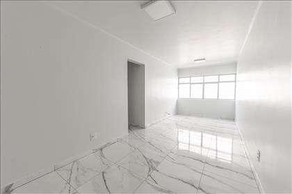 Ampla sala para dois ambientes.