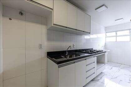 Cozinha com armários planejados.