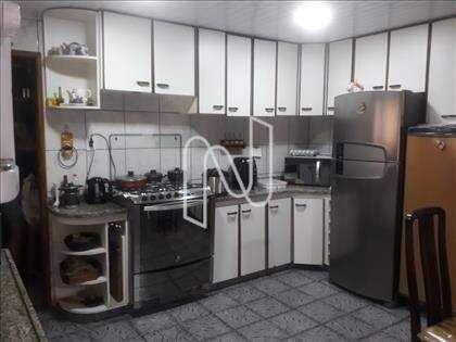 cozinha planejada rica em armários.
