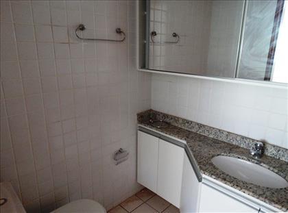 Banheiro com bancada e armários