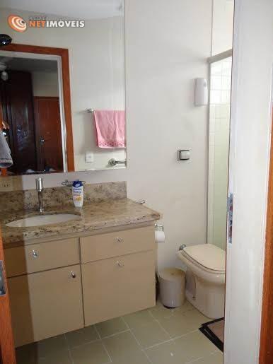 Banheiros amplos e com ventilação natural