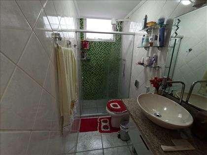 Banheiro amplo, reformado