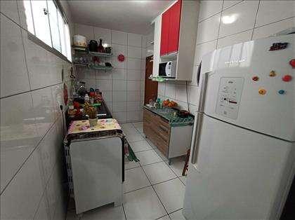 Cozinha com armário e bancada
