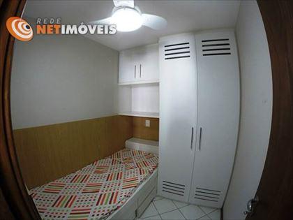Dependência de empregada com cama e armários.