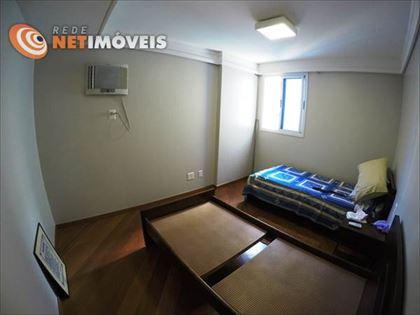 3º quarto com piso em tábuas corridas e rebaixamento de gesso no teto. Também não possui armários.