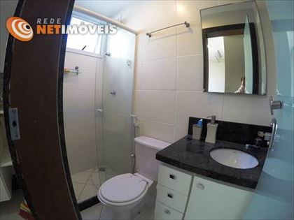 Banheiro de empregada decorado com piso e paredes em cerâmica e bancada em granito.