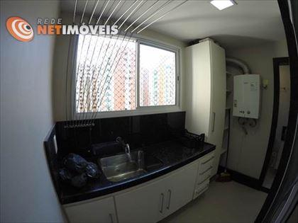 Área de serviço com armários, piso em porcelanato, e aquecedor à gás de passagem.