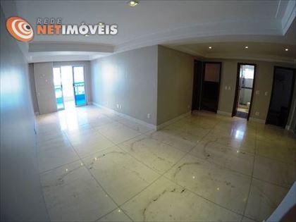 Amplo living com espaço para dois ou mais ambientes. Piso em mármore polido, rebaixamento em gesso e projeto de iluminação. Tudo de muito bom gosto!