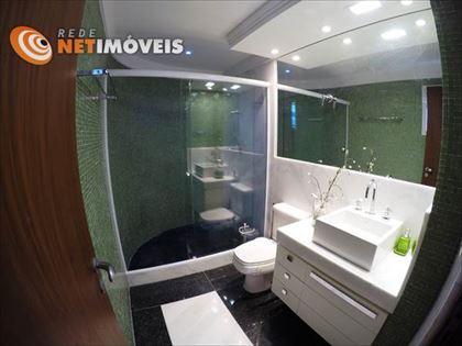 Banheiro da suíte com piso em granito e detalhe em mármore, paredes e, vidrotil e bancada em mármore. Absolutamente lindo!
