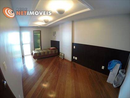 2º quarto (Suíte) - Piso em tábuas corridas, rebaixamento do teto em gesso, projeto do iluminação e lambris na parede. Também sem armários.