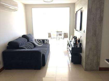 Sala para dois ambientes, e varanda.