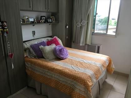 Suíte com cama, cortina, armários