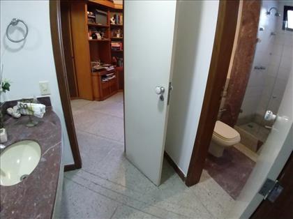 Banheiros suíte 2 e 3 .