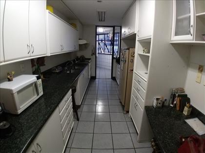 Cozinha ampla e funcional.