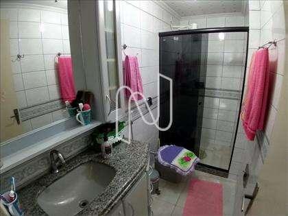 Banheiro social com armário e box