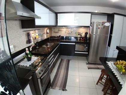 Cozinha montada com armários e coifa