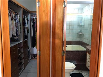 Closet e Banheiro suíte master.