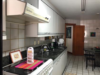 Cozinha ampla com copa.