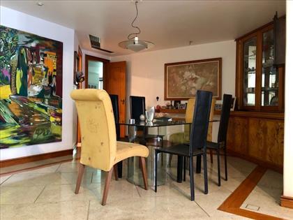 Ambiente de jantar com armários planejados
