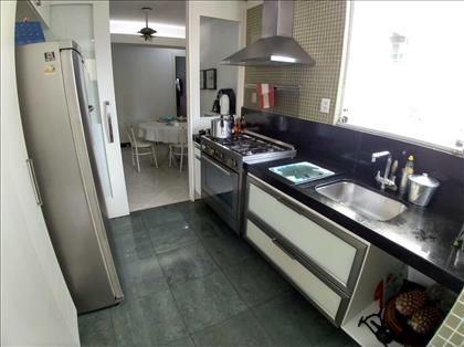 Cozinha ampla com janelão