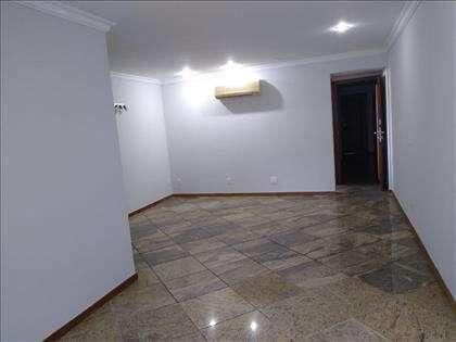 O apartamento está desocupado, super amplo.