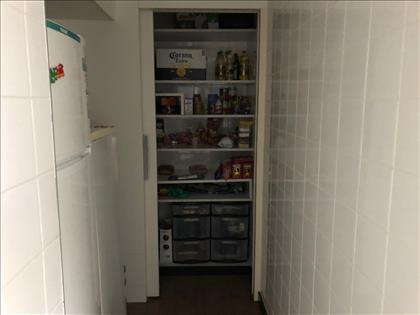 Despensa anexada a cozinha.